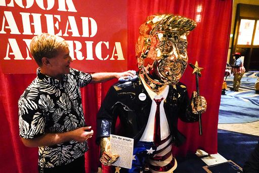 Skulptør Tommy Zegan pusser sin statue av Donald Trump så den virkelig skal skinne på CPAC-konferansen. Foto: John Raoux / AP / NTB