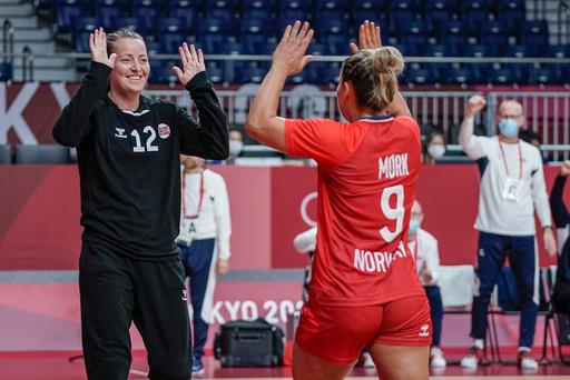 Silje Solberg (til venstre) og Nora Mørk hadde oppvisning mot Sverige i OLs bronsekamp. Foto: Stian Lysberg Solum / NTB