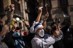 Restauranteiere i Barcelona protesterer mot koronarestriksjoner tidligere i oktober. Arkivfoto: Emilio Morenatti / AP / NTB