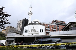 En mann med kniv stormet mandag inn i Dine Hoxha-moskeen i Tirana der han knivstakk fem personer. Foto: AP / NTB