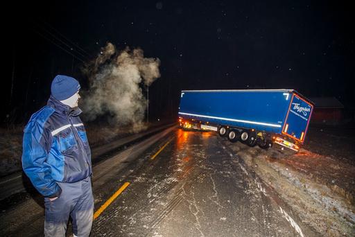 I store deler av landet har underkjølt regn ført til trafikkuhell med mange involverte biler tirsdag ettermiddag.