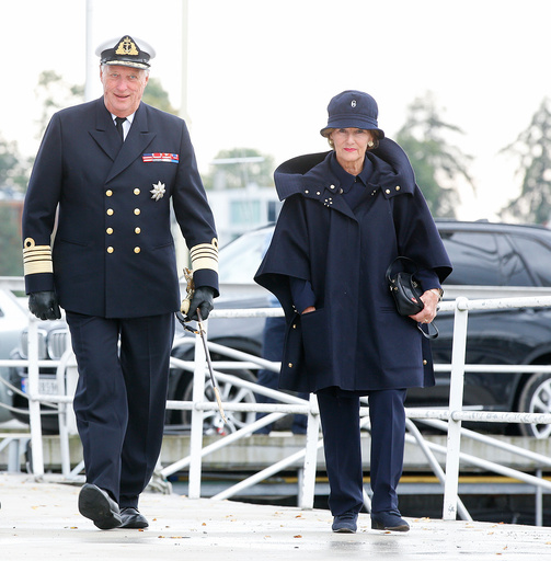 Kong Harald og dronning Sonja debarkerer kongeskipet Norge.