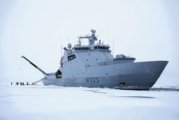 Kystvaktskipet KV Svalbard er et av de norske kystvaktskipene som er levert med motorer fra Bergen Engines, som er kjøpt opp av et russiskkontrollert selskap. Flere Nato-land benytter motorer fra selskapet, og USAs marine sier de «vurderer risikoen og mulighetene» etter det russiske oppkjøpet. Foto: Kystvakten / NTB