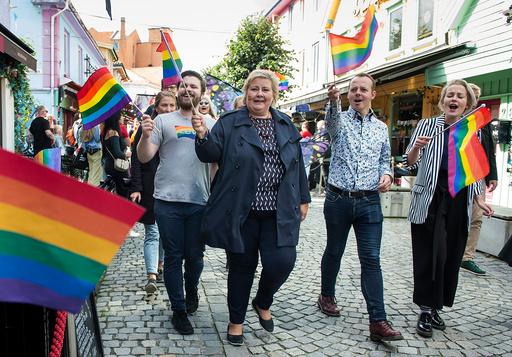Statsminister Erna Solberg deltar i Pride paraden i Stavanger