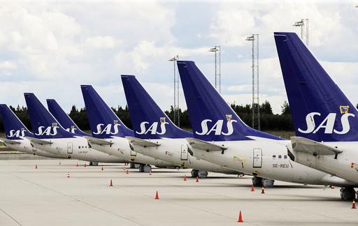 SAS-fly på rekke og rad på bakken ved Gardermoen. Ledelsen i flyselskapet hadde fredag møte med regjeringen om nye tiltak for luftfarten. Foto: Vidar Ruud / NTB