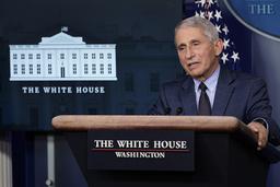 USAs øverste smittevernekspert Anthony Fauci, her under en pressekonferanse i Det hvite hus tidligere denne måneden, anbefaler koronavaksine også for folk som har vært smittet. Foto: Susan Walsh / AP / NTB