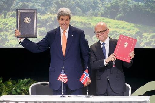 Klima- og miljøminister Vidar Helgesen (H) og USAs utenriksminister John Kerry signerer felleserklæring om klima og regnskog.