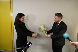 Arbeids- og inkluderingsminister Hadia Tajik overtar nøkkelkortet til avtroppende statsråd Torbjørn Røe Isaksen. Foto: Ole Berg-Rusten / NTB