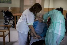 En sykehjemsbeboer i Leganés i Spania fikk koronavaksine av sykepleiere onsdag. Foto: Manu Fernandez / AP / NTB