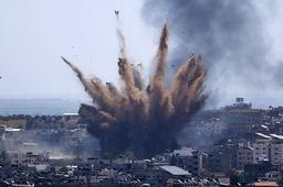 Røyken stiger opp fra målet for et israelsk bombeangrep på Gaza by torsdag. Foto: Hatem Moussa / AP / NTB
