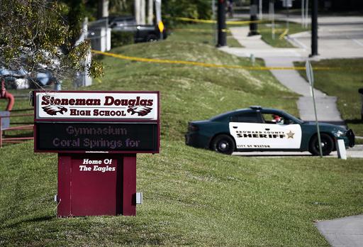 17 personer, 14 elever og 3 lærere, mistet livet da Nikolas Cruz åpnet ild ved Marjory Stoneman Douglas High School i Parkland. Foto: Wilfredo Lee / AP / NTB