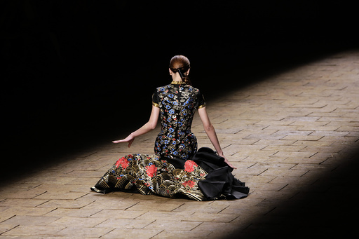 A model falls while presenting a creation by Chinese designer Zhang Zhifeng from 2014 NE TIGER Haute Couture Collection at China Fashion Week in Beijing
