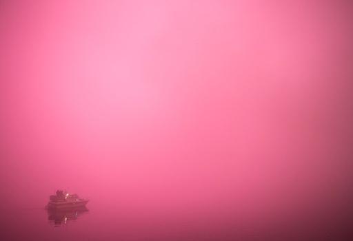 Tåken kom fort rett før midnatt over havnebassenget i Oslo og gjorde sikten til fyrverkeriet som ble sendt opp ved midnatt nyttårsaften minimal.