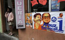 Valgplakater med bilde av blant annet presidentkandidaten Andrés Arauz ved en skjønnhetssalong i Quito. Foto: Dolores Ochoa / AP / NTB