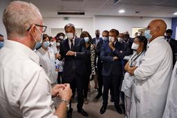 Helseminister Olivier Véran (til venstre) sier rundt 3.000 helsearbeidere har fått permitteringsvarsel etter at president Emmanuel Macron (til høyre) i juli ga dem frist til 15. september med å få minst én vaksinedose. Arkivfoto: Ludovic Marin / AP / NTB