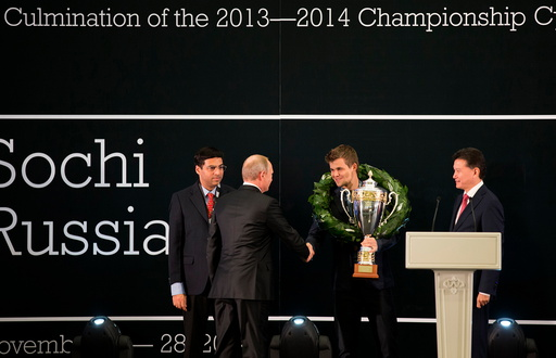 Russisk president Vladimir Putin gratulerer Magnus Carlsen under medaljesermonien.