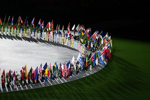 Deltakernasjonenes flaggbærere oppstilt etter innmarsjen under Tokyo-OLs avslutningsseremoni. Katrine Lunde bar det norske flagget. Foto: Hassan Ammar, AP / NTB