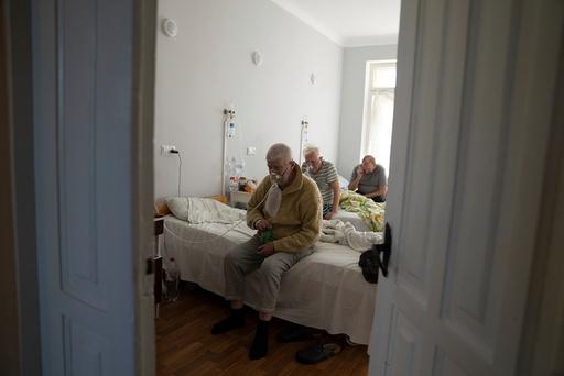 Pasienter med koronavirus på sykehuset i byen Rivne i Ukraina. Foto: Evgenij Maloletka / AP / NTB
