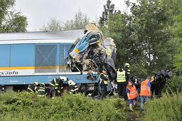 To tog kolliderte nær landsbyen Milavce i Tsjekkia onsdag. Førerne av begge togene har omkommet. Foto: Miroslav Chaloupka, CTK Photo via AP / NTB
