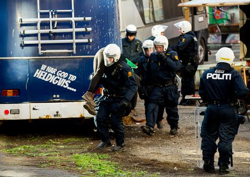 Politiet bistår Namsfogden med å kaste ut personer som oppholder seg ulovlig i Hauskvartalet i Oslo onsdag morgen.