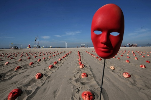 Hundreds of red masks at the Copacabana Beach to demand Temer's resignation