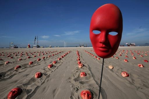 Hundreds of red masks at the Copacabana Beach to demand Temer's resignation