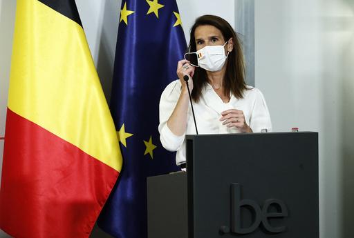 Belgias statsminister Sophie Wilmès kunngjorde strengere tiltak mot koronaviruset mandag. Foto: François Lenoir/AP/NTB scanpix