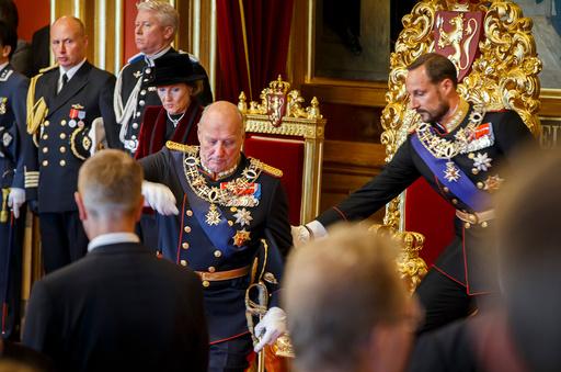 Stortingets åpning 2016: Kong Harald holdt på å falle men fikk hjelp av kronprins Haakon etter den høytidelige åpningen av det 161. storting mandag.