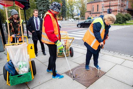 Erna Solberg deltar i gaterydding med Kirkens Bymisjon