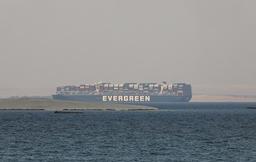 Konteinerskipet Ever Given ligger for anker i Great Bitter Lake i Suezkanalen og slippes ikke av gårde før eierne betaler Egypt en milliarderstatning. Foto: Mohamed Elshahed /AP / NTB