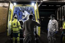 Belgias statsminister kunngjorde fredag nye tiltak i håp om å avlaste helsevesenet. Her er ambulansearbeidere på jobb i Liege torsdag. Foto: Valentin Bianchi / AP / NTB