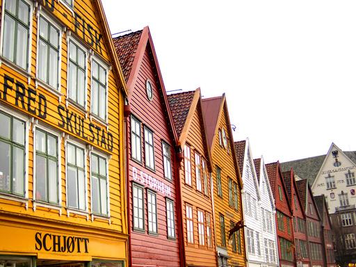 Bergen 20200214.  Bryggen i Bergen, også kjent som Tyskebryggen og Hansabryggen, omfatter den gamle trebebyggelsen og brannsikre steinkjellere i den historiske bykjernen i Bergen. Foto: Gorm Kallestad / NTB