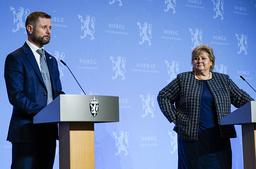 Statsminister Erna Solberg gratulerte tirsdag helse- og omsorgsminister Bent Høie på 50-årsdagen. Foto: Lise Åserud / NTB