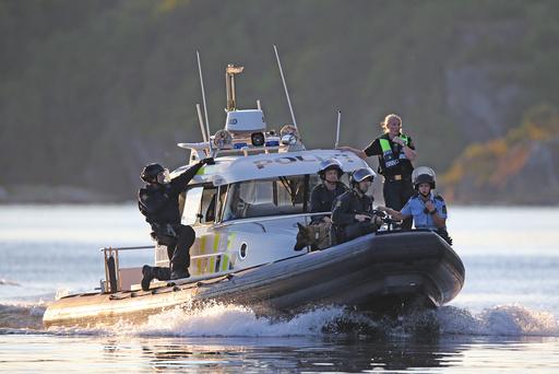En politibåt er satt inn etter at to personer med våpen skal ha forskanset seg i et hus i Bergsbygda i Porsgrunn.
