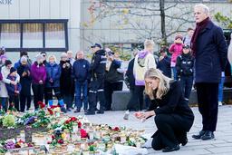 Statsminister Jonas Gahr Støre (Ap) og justis- og beredskapsminister Emilie Enger Mehl (Sp) legger ned blomster og tenner lys under sitt besøk i Kongsberg fredag kveld. Foto: Terje Bendiksby / NTB