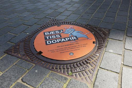 Kummlokk i Bergen sentrum med oppfordring til publikum å unngå og putte ting i toalettet som tiltrekker seg rotter.