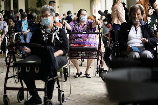 Sykehjemsbeboere i Florida venter på å få vaksine tidligere denne uka. Arkivfoto: Lynne Sladky / AP / NTB