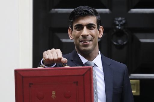 Rishi Sunak med den klassiske røde budsjettkofferten. Onsdag kom han nærmest med et ekstrabudsjett som skal stimulere den britiske økonomien i kjølvannet av koronakrisen. Arkivfoto: Kirsty Wigglesworth / AP / NTB scanpix