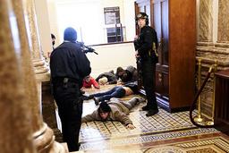 Politiet i ferd med å få kontroll etter stormingen av Kongressen i USA forrige onsdag. Foto: Andrew Harnik/AP/NTB