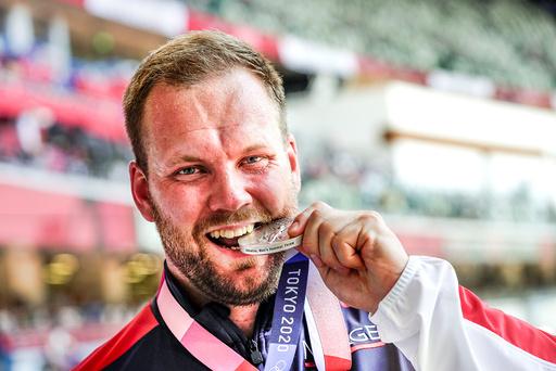 Friidrettsutøver og sleggekaster Eivind Henriksen med OL-sølvet. Foto: Lise Åserud / NTB