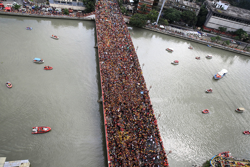 Devotees occupy Jones bridge as they take part in the annual procession of the Black Nazarene in metro Manila