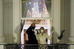 USAs president Joe Biden and førstedame Jill Biden så fyrverkeriet fra balkongen i Det hvite hus. Foto: Evan Vucci / AP / NTB