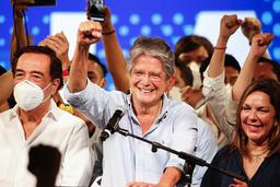 Guillermo Lasso taler til støttespillere ved sitt hovedkvarter i Guayaquil. Lasso blir Ecuadors nye president. Foto: Angel Dejesus / AP / NTB