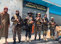 Taliban-krigere holder vakt på flyplassen i Kabul tirsdag etter at de siste amerikanske soldatene hadde forlatt Afghanistan. Foto: Kathy Gannon / AP / NTB