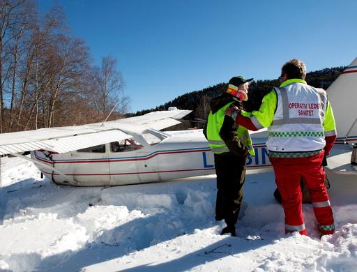 Piloten trøstes etter havariet.