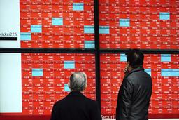 Folk ser på en skjerm som viser selskapene på Nikkei 225-indeksen i Tokyo i forrige måned. Arkivfoto: Eugene Hoshiko / AP / NTB