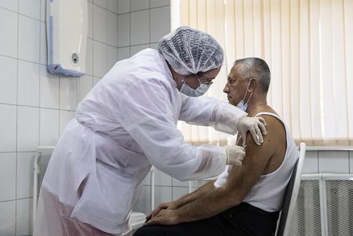 Russland har utviklet en vaksine som de hevder har god effekt mot koronaviruset. Nå skal den også testes ut i Hviterussland. Foto: AP / NTB scanpix