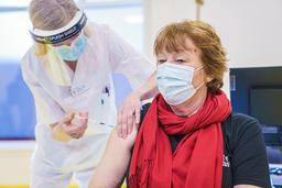 Oslo-ordfører Marianne Borgen får første dose av koronavaksine på vaksinesenteret i bydel Østensjø. Foto: Stian Lysberg Solum / NTB