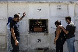 Én firedel av alle dødsfall som er rapportert i verden de siste dagene, har skjedd i Brasil. Her begraver Carlos Alberto sin 41 år gamle kone Aparecida de Freitas i Rio de Janeiro. Foto: Bruna Prado / AP / NTB