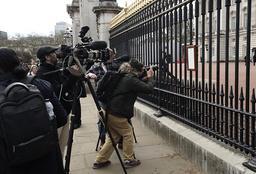 Britisk presse på plass utenfor Buckingham Palace etter kunngjøringen om prins Philips død. Foto: Matt Dunham / AP / NTB